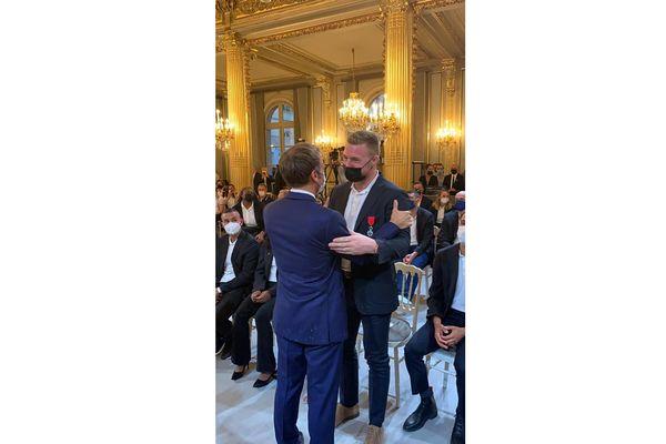 Emmanuel Macron remet la Légion d'honneur au judoka Axel Clerget, médaillé d'or aux Jeux olympiques.
