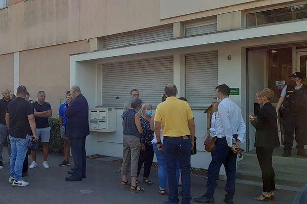 Des habitants attendent devant la mairie des Grésilles pour rencontrer le Premier ministre Jean Castex et le ministre de l'Intérieur Gérald Darmanin vendredi 10 juillet 2020.