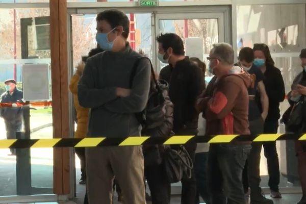 Electeurs de Valgelon-La Rochette devant le bureau de vote, ce dimanche 28 février.
