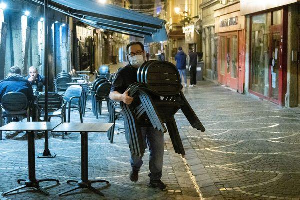 Le couvre-feu impose les bars et restaurants à fermer pour 21h.