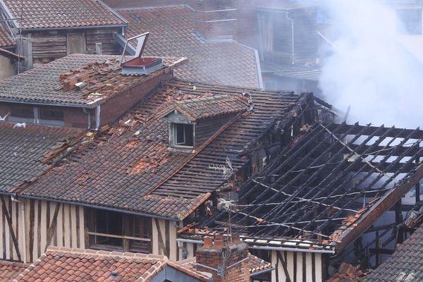 Les bâtiments incendiés rue de la Boucherie, à Limoges, fument toujours ce dimanche 18 février 2018