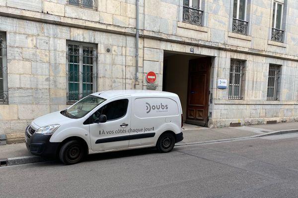 Un exemple de stationnement sauvage, rue de la préfecture à Besançon.