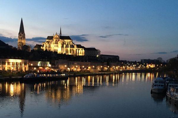 Vue de l'abbaye Saint Germain au-dessus des bords de l'Yonne, à Auxerre.
