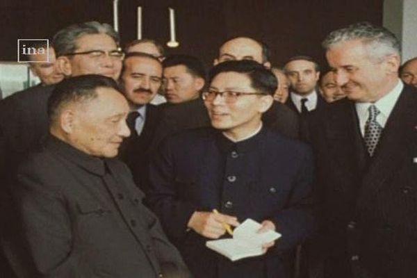La Retour sur : la visite de Deng Xiaoping (à droite) sur le site Berliet, à Vénissieux - Le vice-président accueilli par Paul Berliet (à gauche)