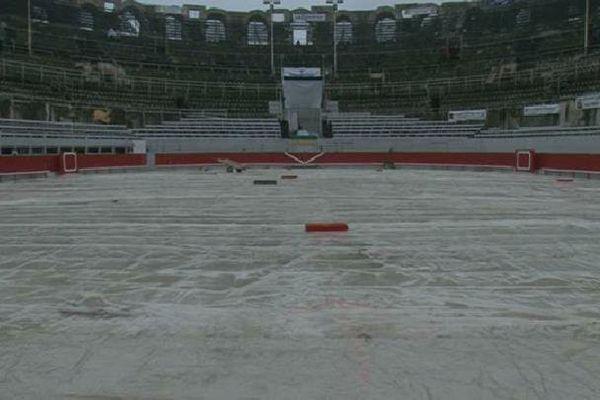 Une arène d'Arles détrempée. La pluie a contraint les organisateurs à annuler la traditionnelle novillada du dimanche de Pâques.