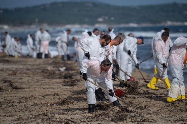 18/10/2018 - Pollution d'hydrocarbure, 150 personnes étaient à pied d'oeuvre sur les plages de Pampelonne, Sainte-Maxime et Saint-Tropez.