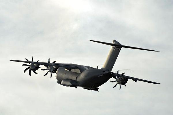 Les pilotes de l'armée de l'air survolent la région pour leurs entraînements.