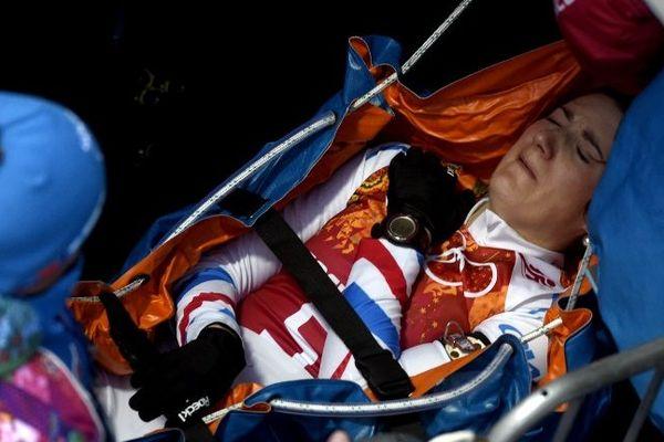 Marie-Laure Brunet évacuée sur une civière aux JO de Sotchi au cours du relais.