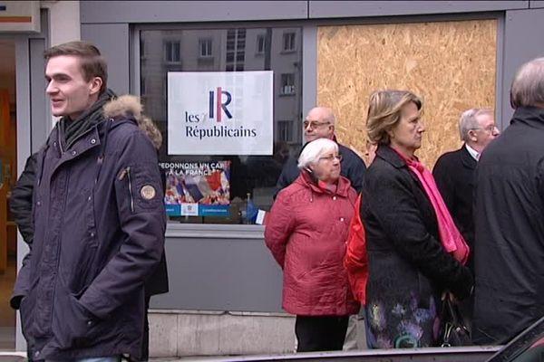 """Des militants réunis devant le siège de la fédération 76 """"Les Républicains""""."""