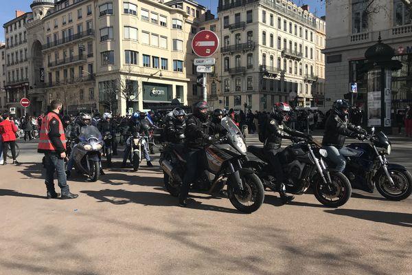 Les motards arrivent par dizaine sur la place Bellecour à Lyon