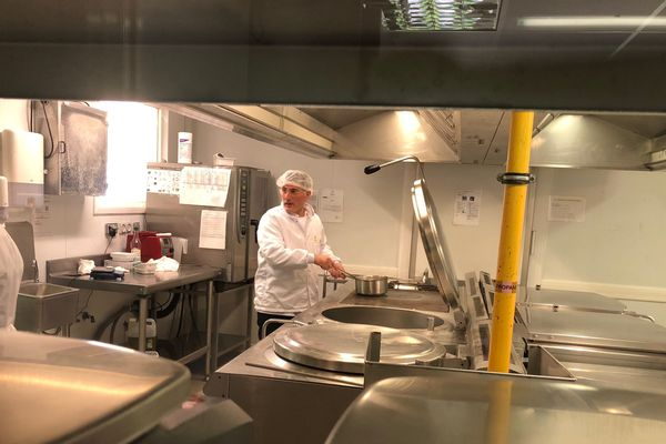 Dans les coulisses de la cuisine centrale de Bastia, les salariés ont préparé 500 repas de moins que d'habitude