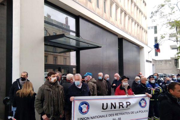 """A l'appel du syndicat """"Force ouvrière"""" (FO) plusieurs dizaines de policiers de la Meurthe-et-Moselle se seont rassemblés devant l'hotel de police de Nancy ce lundi 12 octobre pour exprimer leur solidarité à leurs collègues d'Ile-de-France victimes d'attaques."""