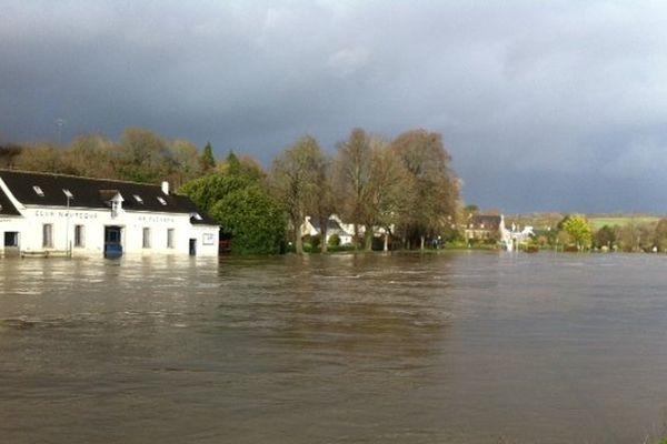Canal de Nantes à Brest en crue à Pont Coblant, début d'après-midi le 2 janvier 2014