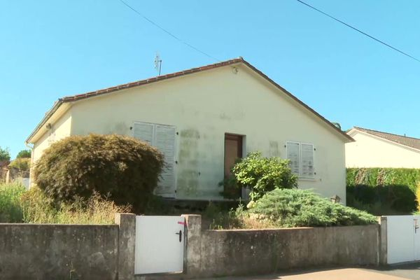 La victime vivait seule dans ce pavillon situé dans un quartier tranquille de Bressuire (Deux-Sèvres).