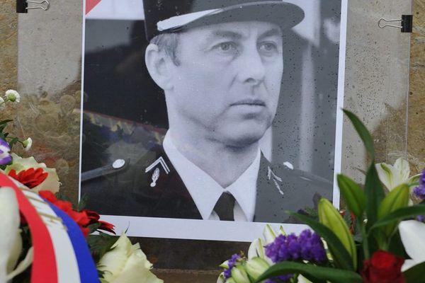 Des fleurs pour rendre hommage au colonel Arnaud Beltrame mort le 23 mars 2018 pendant les attaques de Trèbes et Carcassonne dans l'Aude.