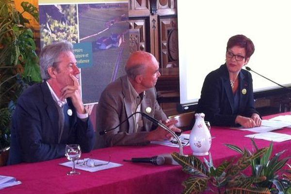 Guillaume d'Angerville, Aubert de villaine et  Anne Frackowiak-Jacob, lors de conférence de presse dédiée à la candidature des Climats de Bourgogne, ce mardi 19 mai 2015.
