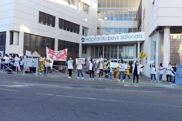 Les étudiants de l'ISFI manifestent devant l'hopital du pays Salonais le 18/11/2020.