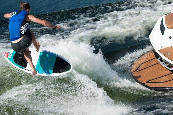 But du jeu du wakesurf : profiter des vagues provoquées par les engins à moteurs pour surfer.
