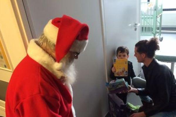 Le Père Noël est passé dans le service de chirurgie pédiatrique du CHU de Caen