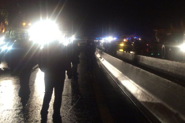 Après une journée d'occupation du Pont de Cheviré, les tracteurs quittent les lieux.