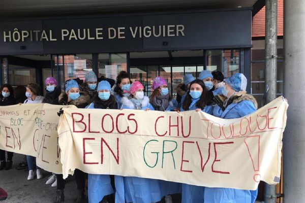 Les personnels du bloc opératoire pédiatrique, déjà mobilisé le 11 janvier dernier, ici en soutien de leurs collègues du bloc ortho en grève aujourd'hui.