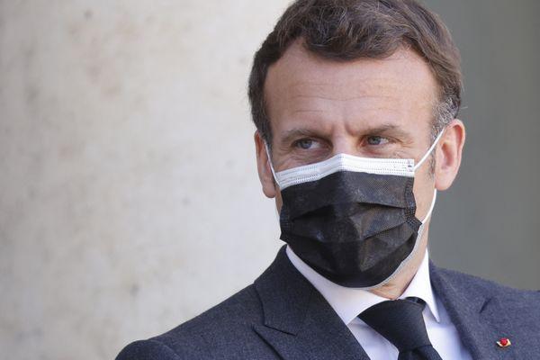 Le président de la République, Emmanuel Macron, le 30 mars 2021 devant le palais de l'Elysée.