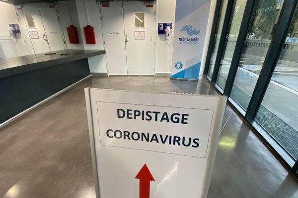 Le parcours fléché pour le dépistage du Coronavirus à l'IHU Méditerranée infection de Marseille.