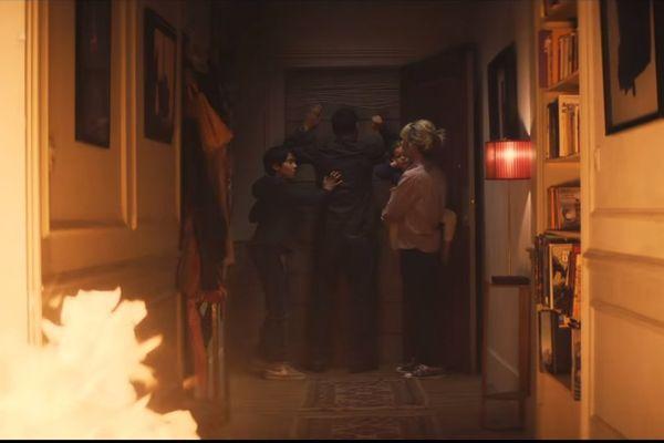 La famille se retrouve pris au piège de l'incendie de leur maison.