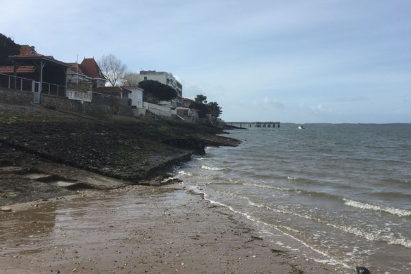 """La drague """" Côtes de Bretagne """" réensable les plages d'Arcachon, comme tous les ans à même époque."""