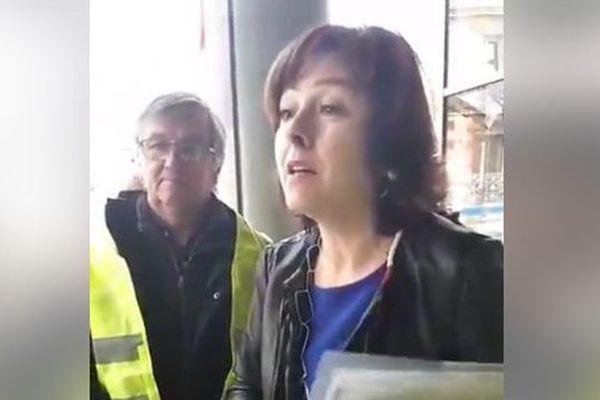 Dans plusieurs vidéos postées sur Facebook, on peut y voir plusieurs élus interpellés par les gilets jaunes à Béziers. Ici, Carole Delga, présidente de la Région Occitanie.