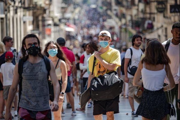 Malgré la canicule, le respect des gestes barrières reste essentiel pour enrayer la pandémie.