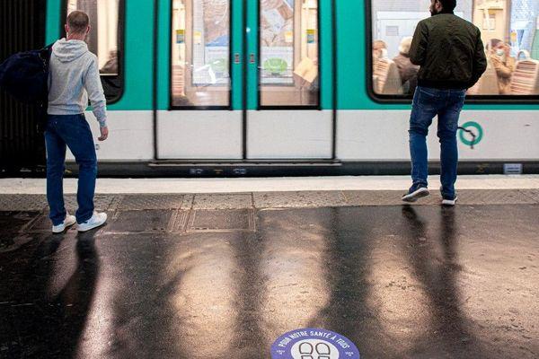 Des stickers installés dans le métro parisien, censés inciter à la distanciation sociale à l'approche du déconfinement (illustration).