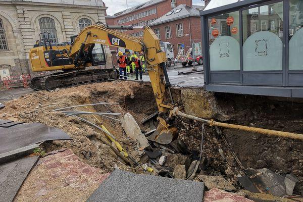 Le trou de la place Léon Debouverie à Amiens a été agrandi mardi 13 août pour permettre aux techniciens de comprendre l'origine de l'incident