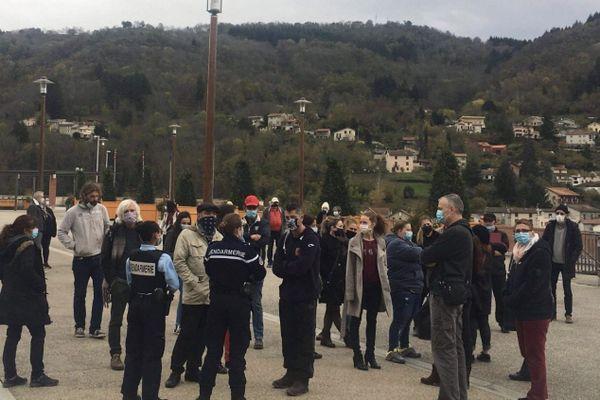 Le collectif de Thiernois s'est rassemblé pendant une heure sur la place de la Mairie à Thiers samedi 7 novembre. Ils dénoncent des mesures liberticides lors de cette crise sanitaire. La gendarmerie a informé les manifestants qu'ils seraient verbalisés lors de leur prochain rassemblement.