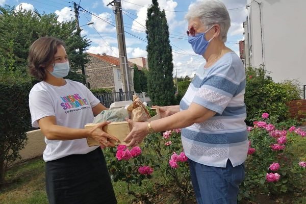 A Beaumont, près de Clermont-Ferrand, des bénévoles comme Aurélie Marchand livrent des paniers de légumes frais à des personnes isolées ou vulnérables. Sur la photo, Françoise Palvoisin, bénéficiaire de 79 ans.