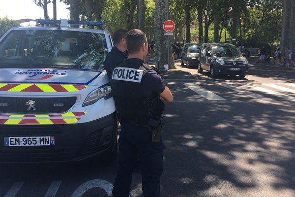 La police nationale contrôle les abords de la prairie des filtres à Toulouse.
