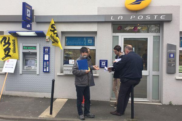 Action du syndicat Sud-PTT devant le bureau de Poste de St Joseph de Portherie à Nantes