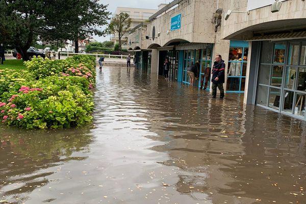 Les magasins de l'avenue des Phares ont été durement touchés.