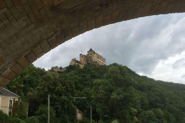 le château de Castelnaud et sa banderole
