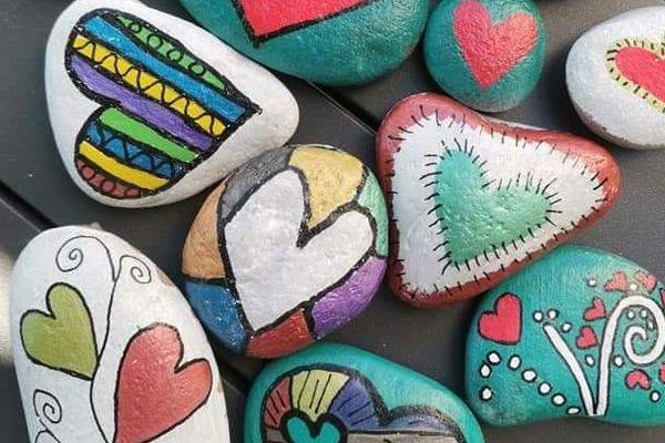 Un bonheur simple : peindre des petits cailloux à la main et les cacher, en espérant qu'ils soient trouvés par d'autres.