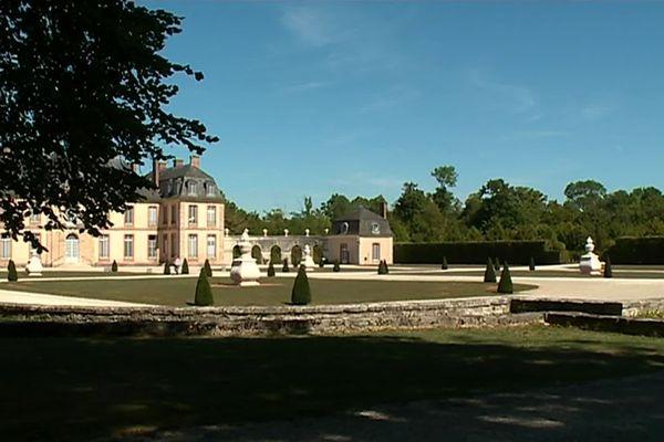 A l'ombre des tilleuls, le jardin se dessine à la française.