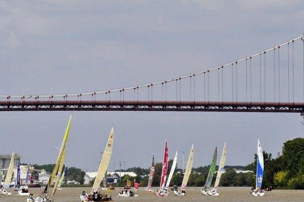 Rassemblés pour le prologue à Bordeaux, les bateaux prennent  le départ de la Solitaire du Figaro ce dimanche à Pauillac