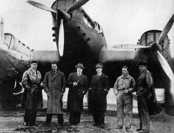 Jean Mermoz, deuxième à partir de la gauche, à l'époque de ses exploits.