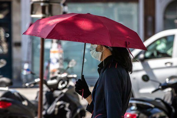 Canicule ou fortes chaleurs : le parapluie pour se protéger du soleil oui, humidifier son masque, non.