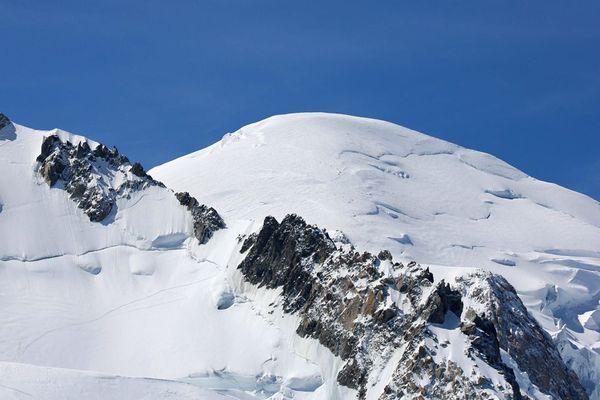 Le mont Maudit en premier plan devant le sommet du mont Blanc, en Haute-Savoie