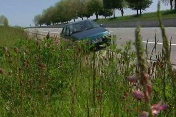 Les épaves de voitures fleurissent sur les routes de l'Aisne