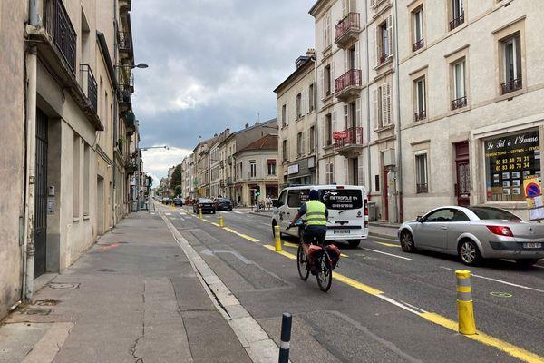 Cyclistes et automobilistes cohabitent rue Jeanne d'Arc à Nancy.