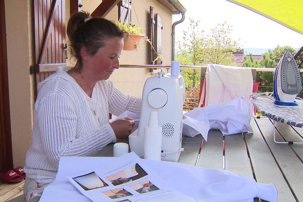 A l'appel du CHU Dijon Bourgogne, des couturières bénévoles ont fabriqué 10 000 blouses réutilisables pour le personnel soignant.