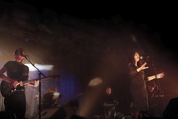 La chanteuse Camelia Jordana sur la scène du Manège à Lignières, ce jeudi