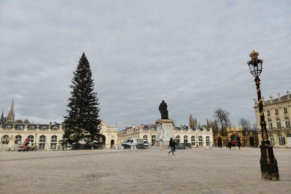 Le sapin de Noël 2020 sur la place Stanislas à Nancy (Meurthe-et-Moselle).